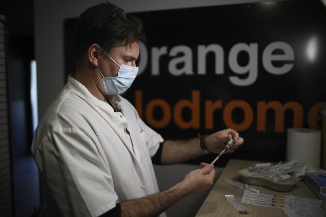 Un volontaire prépare une dose de vaccin contre le Covid-19 dans le vaccinodrome installé dans le Stade-Vélodrome de Marseille, le 15 mars.